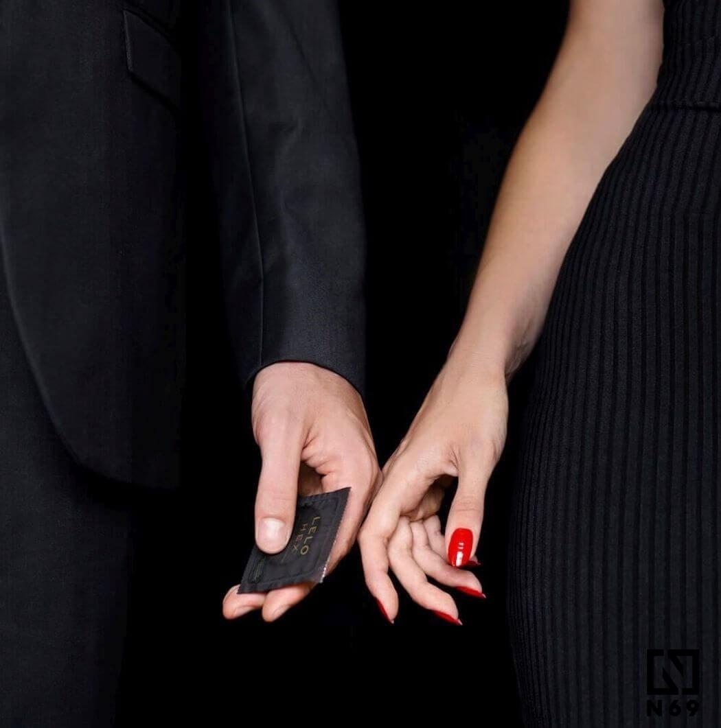 prezerwatywa w dłoniach